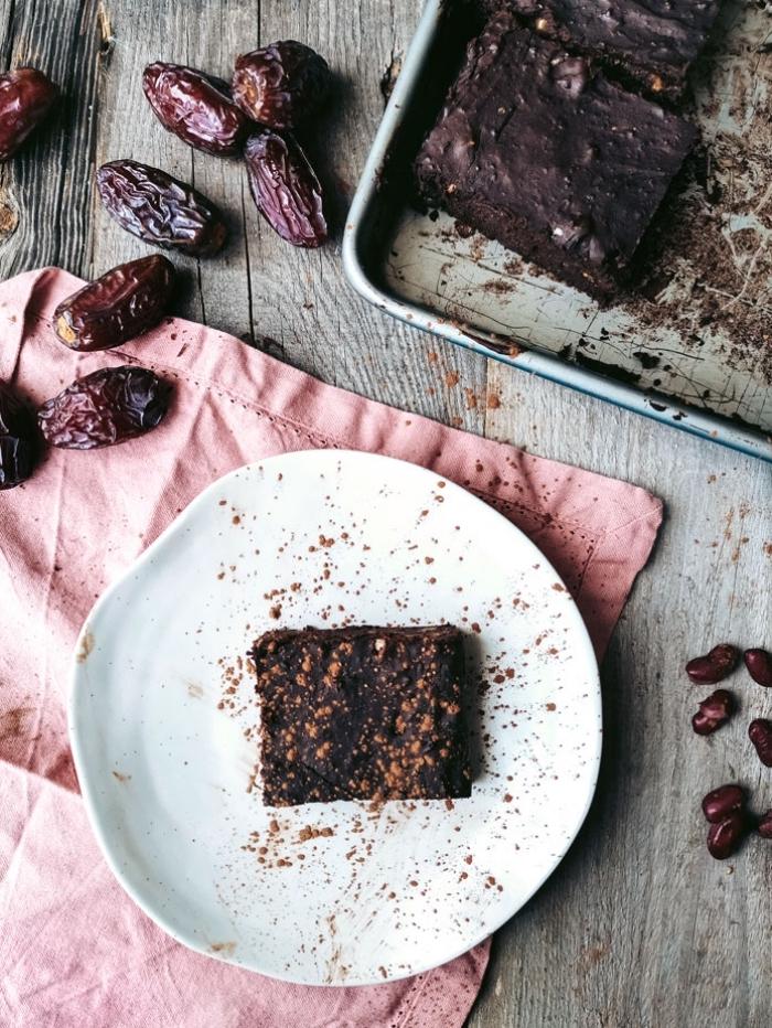 gesunder kuchen rezept, zuckerfrei backen, brownies mit datteln und kakao, vegander nachtisch