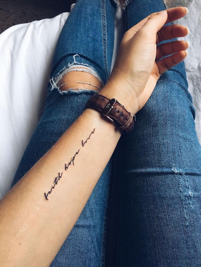 Minimalistisches Tattoo am Unterarm, Glaube Liebe Hoffnung handschriftlich
