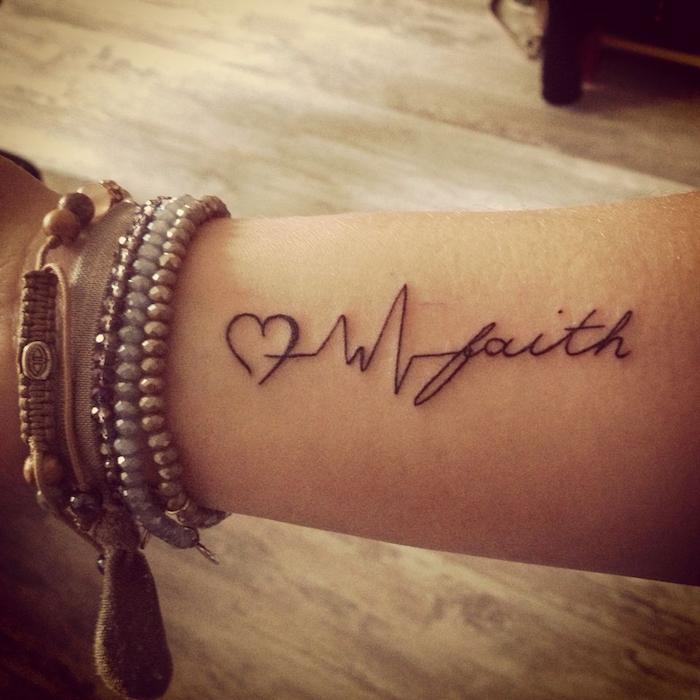 Schöne Tattoos für Frauen, Glaube Liebe Hoffnung Tattoo am Unterarm