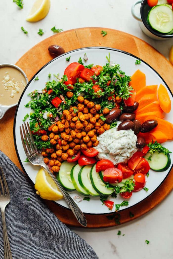 veganer griechischer Salat mit Kichererbsen Tomaten Gurken und veganem Tzatziki, gemüse rezepte vegan, gericht mit roten Bohnen