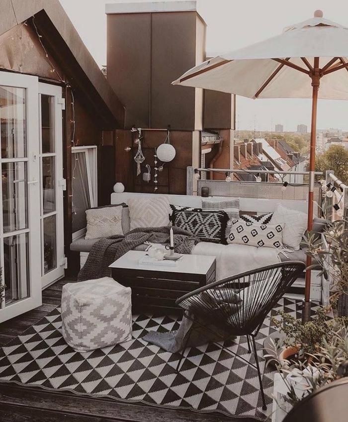 Moderne Einrichtung Terrasse, großes Sofa mit Kissen, schwarz weißer Teppich, großer Schirm, Balkon gestalten Ideen