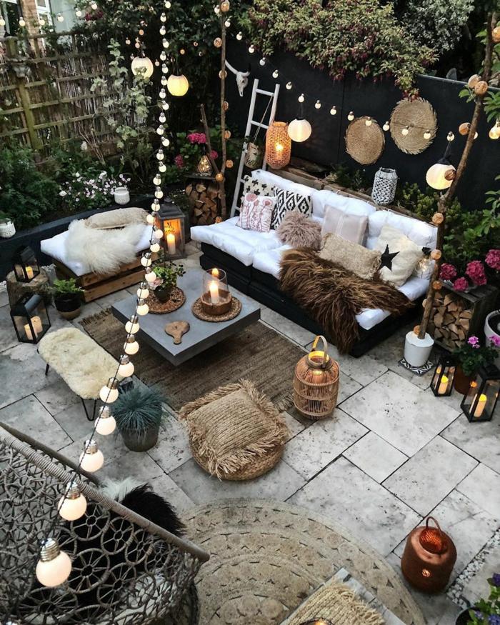 großer Terrasse mit romantische Dekoration, zwei Sofa, viele Hängeläuchter, Balkon gestalten Ideen