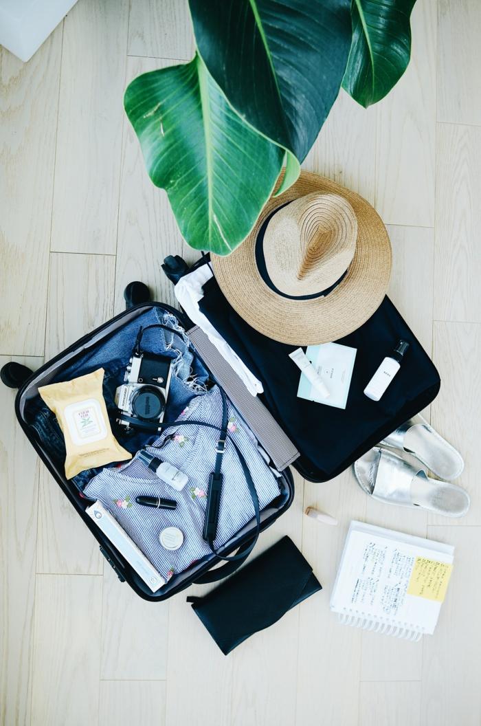 Packen für eine Reisen, kleiner handgepäck koffer, Strohhut und Fotokamera, Klamotten und Accessoires. wie wähle ich den richtigen Reisegepäck