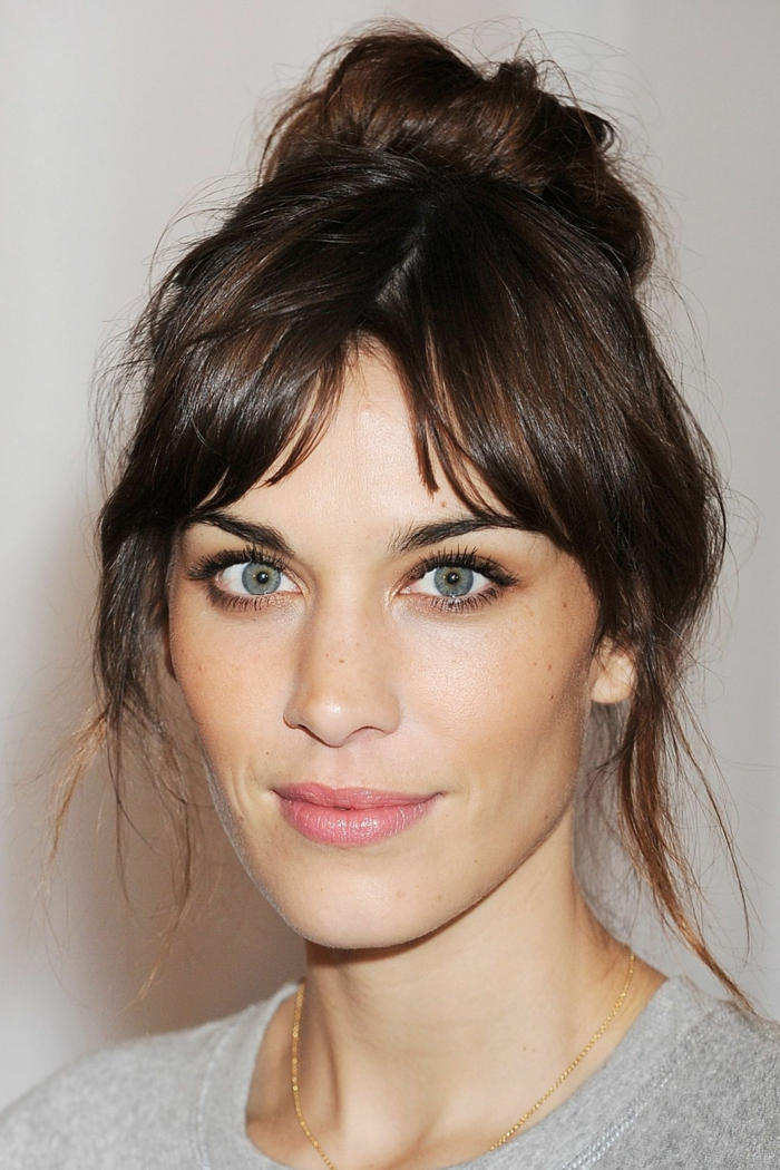 Alexa Chung hochgesteckte messy Frisur, curtain bangs, minimales make-up, pony frisuren 2020, grauer sweatshirt