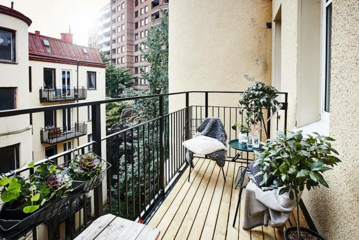 Ikea Balkon Ideen, minimalistische Einrichtung mit zwei Stühlen und kleinen Tisch. Deko Pflanzen