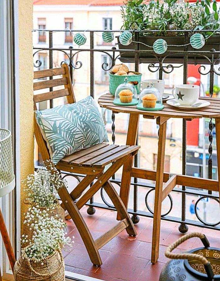 Frühstück mit Kaffee und Muffins auf der Terrasse, Wandtisch und Stuhl aus Holz, Balkonmöbel set für kleinen Balkon