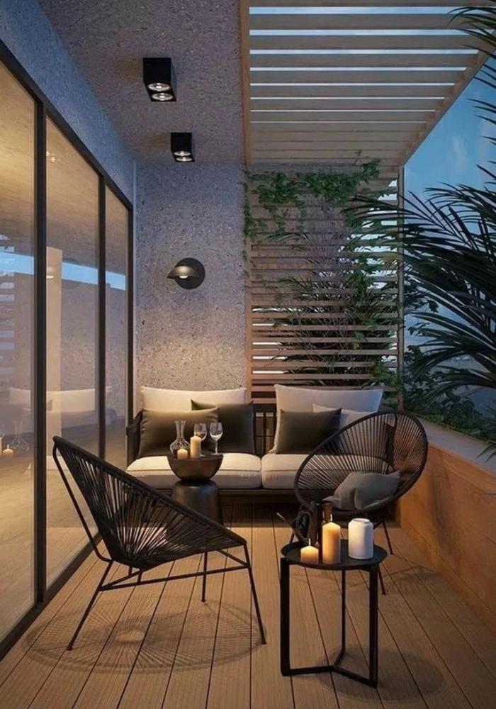 Elegante Einrichtung von einer Terrasse, moderner Sofa und zwei Stühle. Balkon Lounge klein,