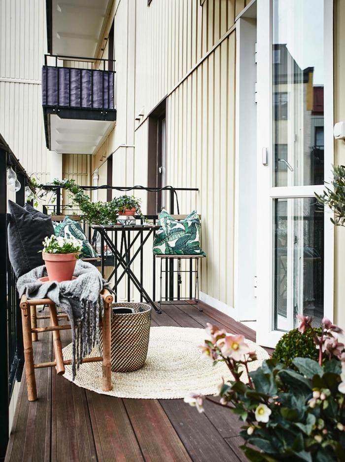 Gemütliche Einrichtung eines kleinen Balkons, runder Teppich. Balkon gestalten Ideen,