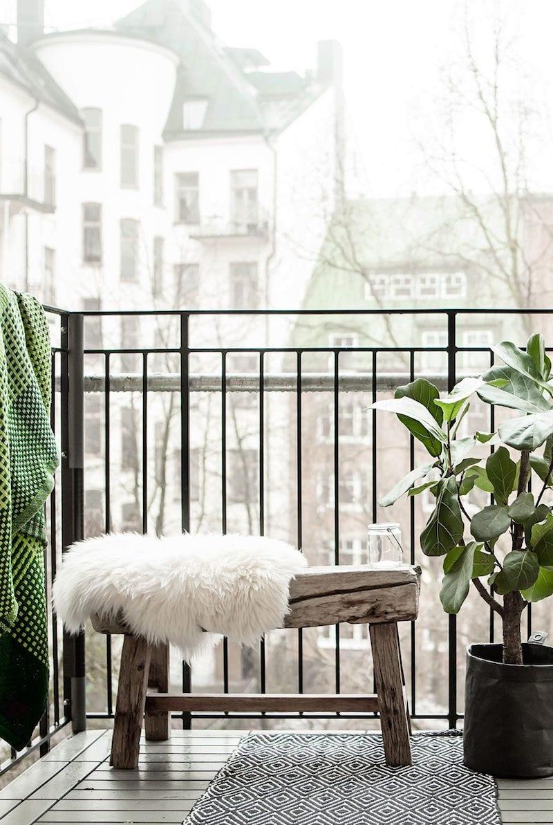 kleine möbel für die terrasse kleine grüne pflanze balkon inspo