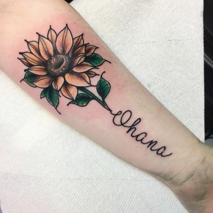 kleine tattoos familie, ohana in kombination mit blume, große sonnenblume am unterarm