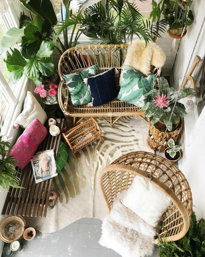 Ikea Balkon, zahlreiche grüne Pflanzen, moderne und interessante Möbel für die Terrasse, Dekoration mit bunten Kissen
