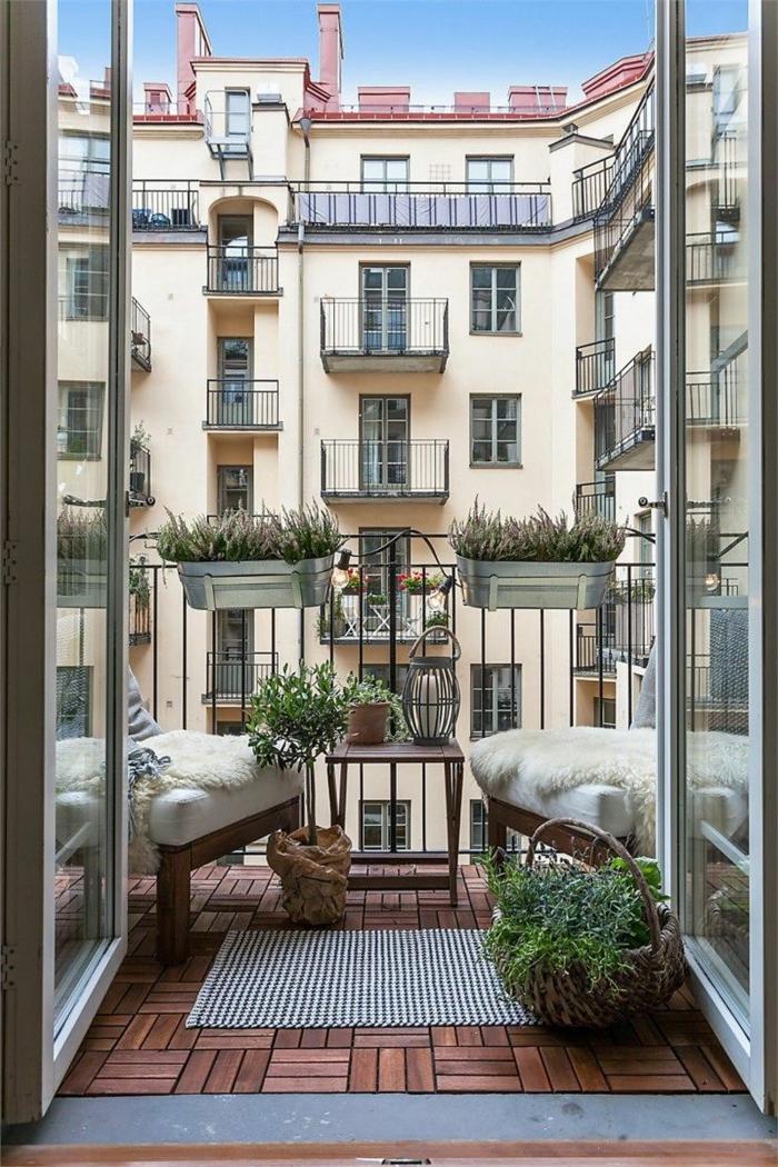 Moderner Balkonmöbel Set für kleinen Balkon, zwei Sessel mit weißen Kissen, karierter Teppich