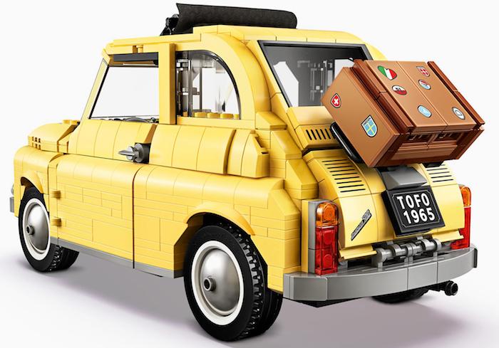 ein lego auto, das meue lego fiat 500 mit einem kleinen braunen koffer mit einem herzen mit den farben der italienischen fahne