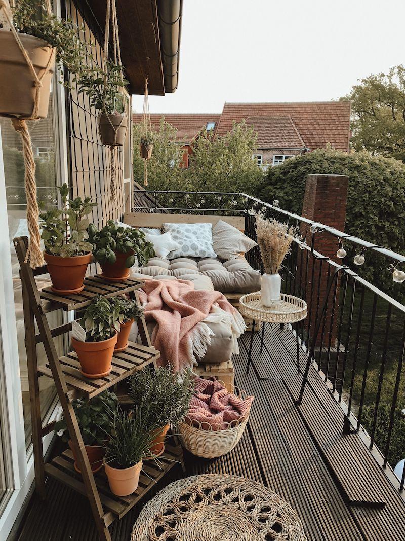 kreative balkon inspo kleine terrasse gestalten mit pflanzen balkonmöbel ideen