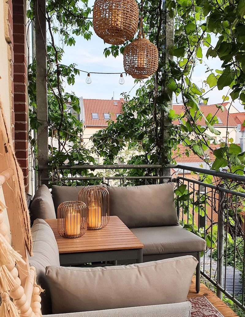 kreative deko ideen terrasse hängende lampen kriechende pflanzen balkon