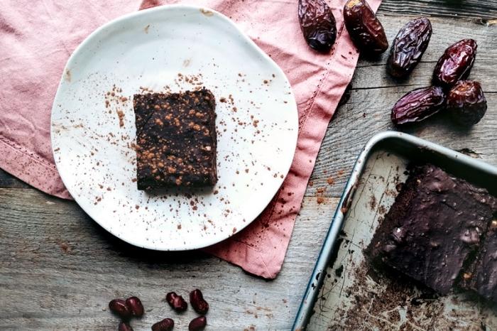 kuchen ohne zucker und mehl, brownies mit kakao, datteln und nüssen, veganer kakaokuchen