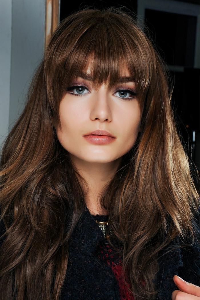 dichte lange braune Haare, Model bei Fashion Week, Pony Frisuren 2020, schön und dezent geschminktes Gesicht,