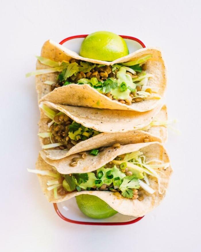 drei Tacos ohne Fleisch, gefüllt mit Linsen und Gemüse und Koriandersauce, veganer Brunch Rezepte, ausgewogene vegane Ernährung