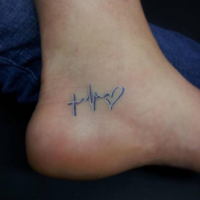 Glaube Liebe Hoffnung Tattoo am Fuß, zweifarbig blau und weiß