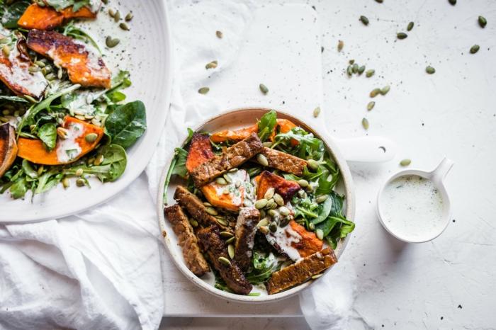 Gemüse Rezepte vegan, große Buddha Bowl mit Spinat Kürbis und Tempeh und Kürbiskerne, gesunde vegane Rezepte