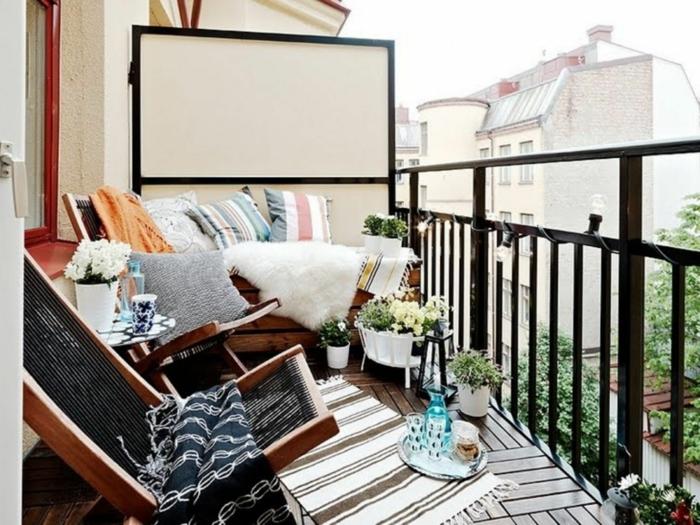 Mini Kino auf der Terrasse mit kuscheligen Decken und Kissen, ein Liegestuhl, Deko für Garten und Terrasse, mittelgroßer Bildschirm