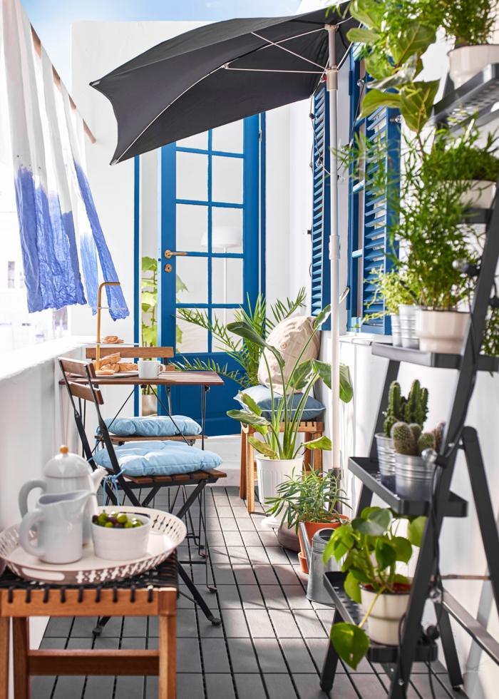 Design von Terrasse im griechischen Stil, blaue Farben, Pflanzenständer mit Kakteen, Ikea Outdoor