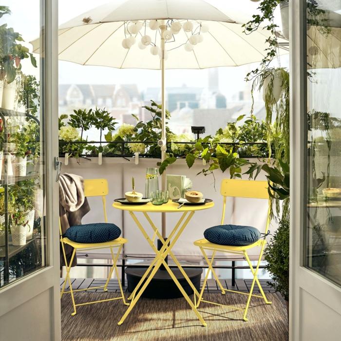 Einrichtung von Terrasse mit frischen Farben, gelber Balkonmöbel Set für kleinen Balkon, blaue Kissen