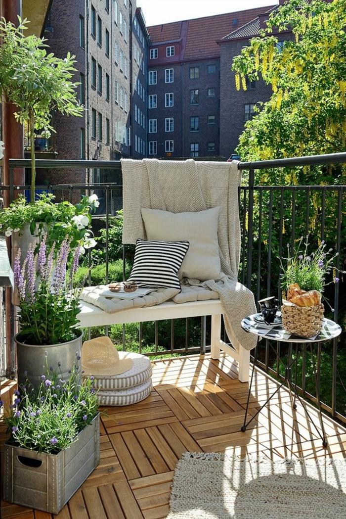Ikea Balkon Design Inspiration, kleine weiße Bank, kleiner Korn mit Croissants, Boden aus Holz