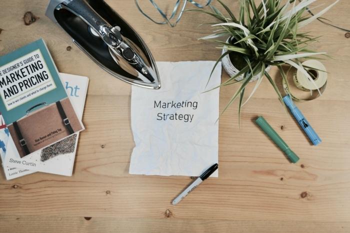 Marketing Strategy entwickeln, Bücher über Marketing, DIY Shop im Internet, Bügeleisen auf dem Tisch