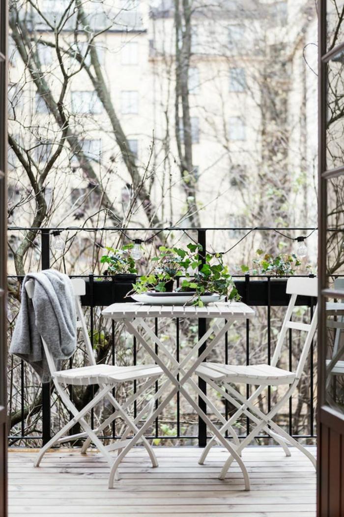 Minimalistische Einrichtung, Balkon Lounge Klein, weißer Tisch und zwei Stühle, schlichtes Design