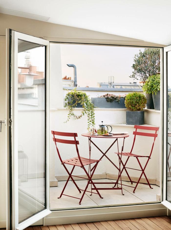 Kaffee und Tee auf der Terrasse genießen, Möbel für kleinen Balkon, rote Stühle und roter Tisch