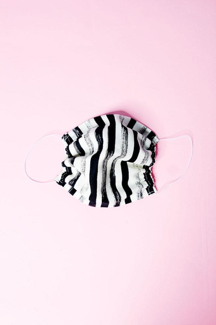 Atemschutzmaske mit schwarzen und weißen Streifen selber nähen