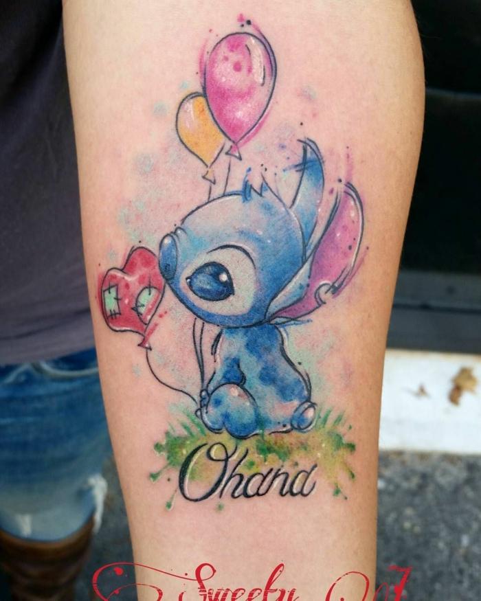 ohana beduetung, familie symbol, farbige tätowierung am arm, wasserfarben stitch, luftballons