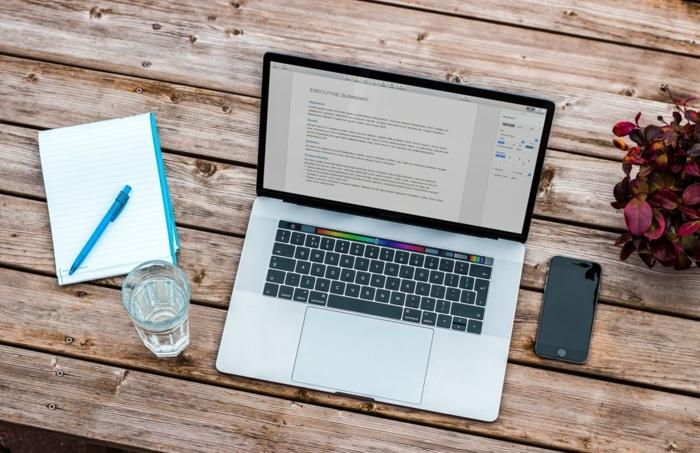 DIY Shop im Internet, Marketing Strategie entwickelne, E-Commerce, Laptop und Handy auf einem Tisch