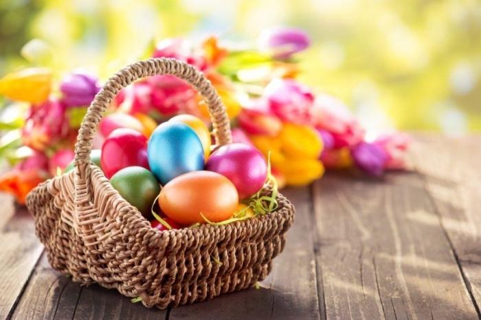 ostern bilder, die besten osterbilder, körbchen mit bunten eiern, osterkosb