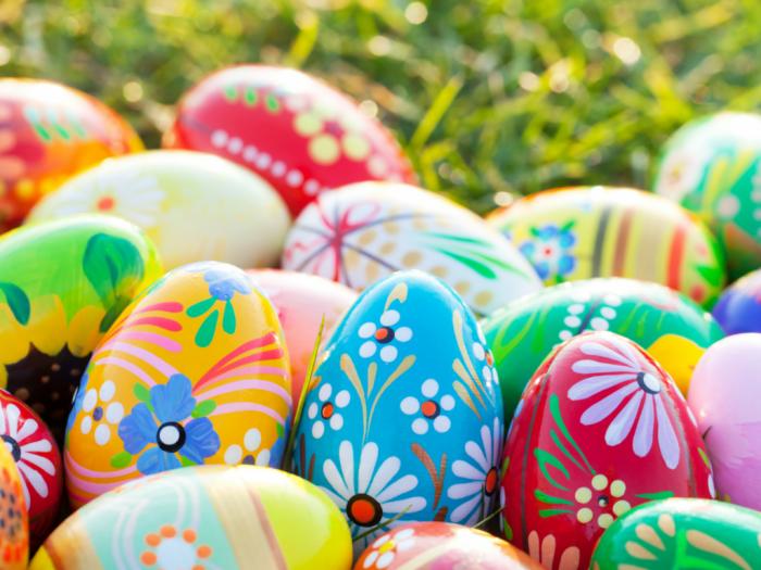 ostern bilder, farbenfrohe eier, ostereier verzieren, bunte eier, florale dekoration, eiersuche