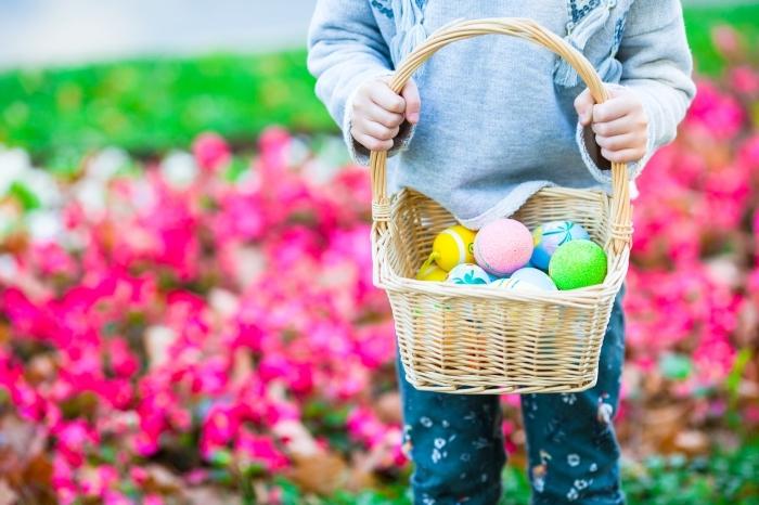 ostern bilder, kleiner junge mit körbchen mit eiern, ostereier sammeln, frühling