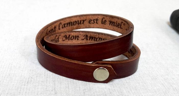 personalisierte geschenke für herren, armband uas braunem leder, lederband mit schriftzug