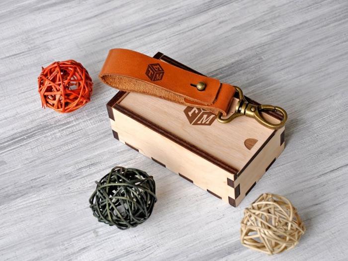 personalisierte geschenke, luxuriöser schlüsselanhänger uas braunem leder und geschnekbox aus holz