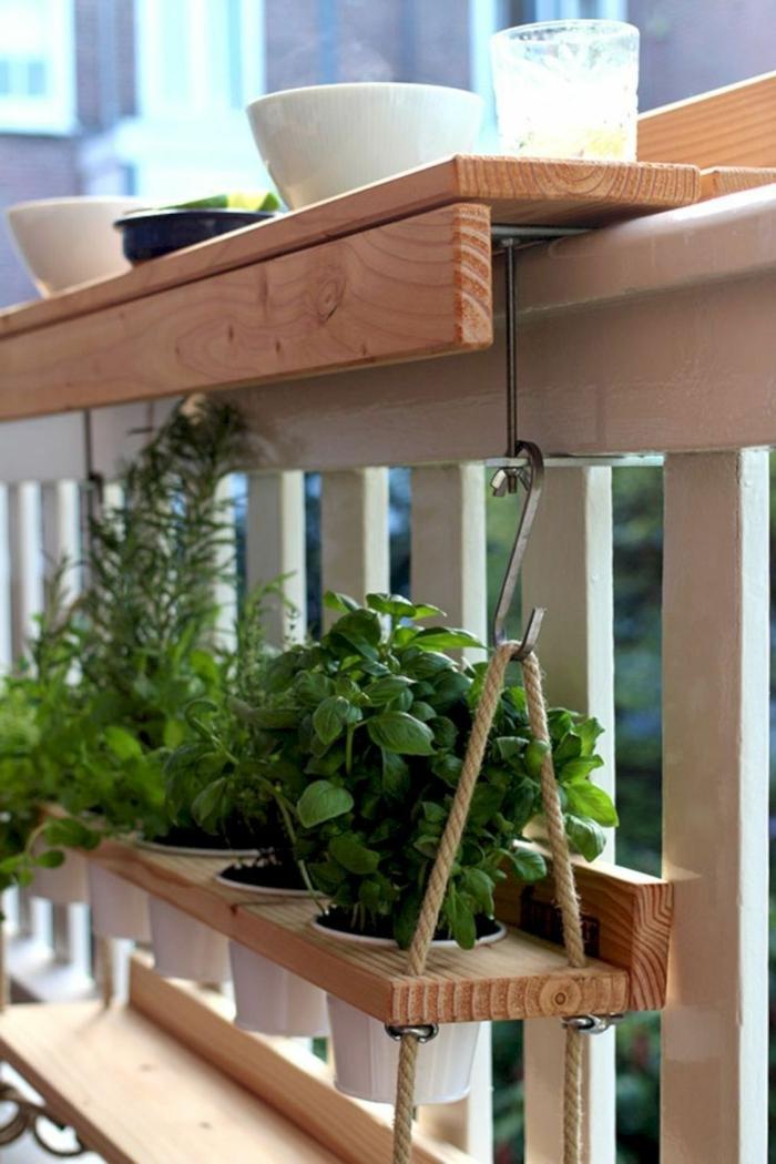 Pflanztisch Ikea aus Holz, aufgehängt auf einer Terrasse, Balkon Ideen, viele grüne Pflanzen