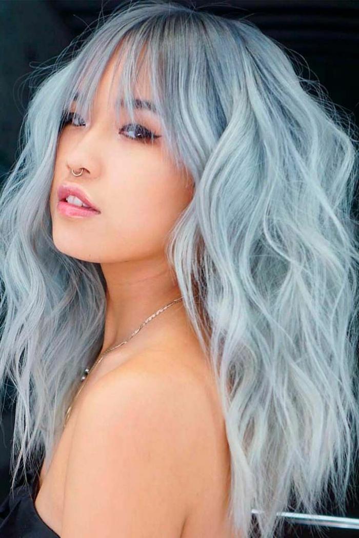 Dame mit langen blaue auffälligen Haaren mit Wellen, Frau trägt eine Nasenpiercing, pony frisuren 2020