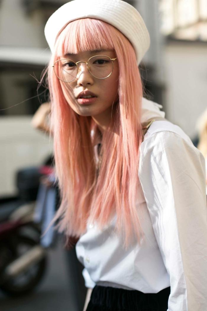 Мädchen mit pinken Haaren und weißer Hut und Hemd, runde Brillen, lange Haare mit Pony, Street Style Tokyo