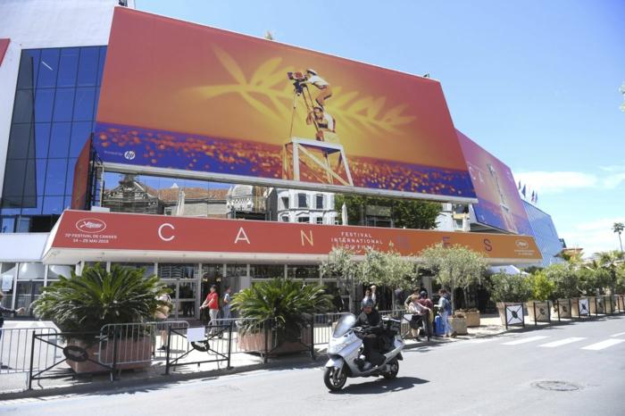 die internationalen filmfestspiele von cannes werden wegen coronavirus verschieben, poster mit mann mit kamera