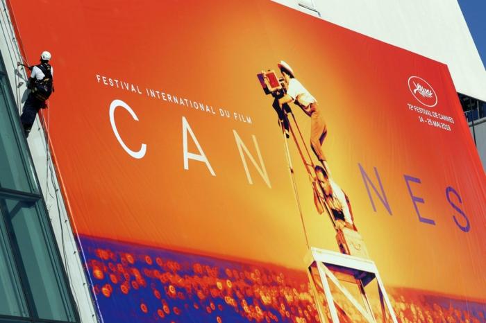die internationalen filmfestspiele von cannes werden wegen covid 19 verschieben, poster mit mann mit kamera