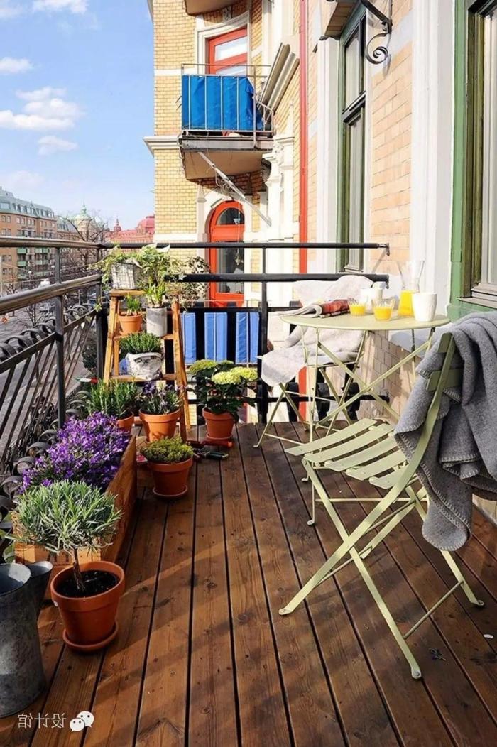 Balkon gestalten Ideen, klappbare Balkonmöbel in weiße Farbe, Pflanzen und Blumen als Dekoration