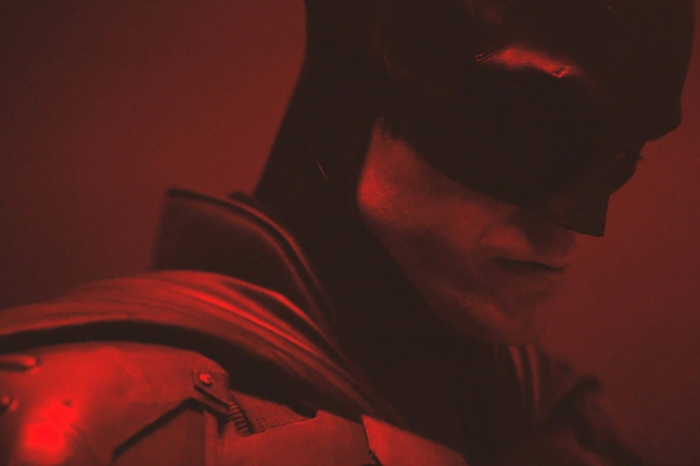 der schauspieler robert pattinson mit dem kostüm von dem dark knight, the batman von matt reeves