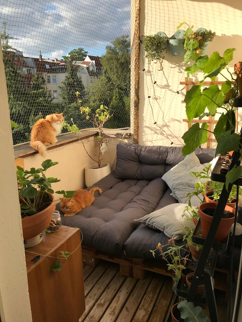 schmal kleiner balkon gestaltung bequeme balkonmöbel grüne pflanzen