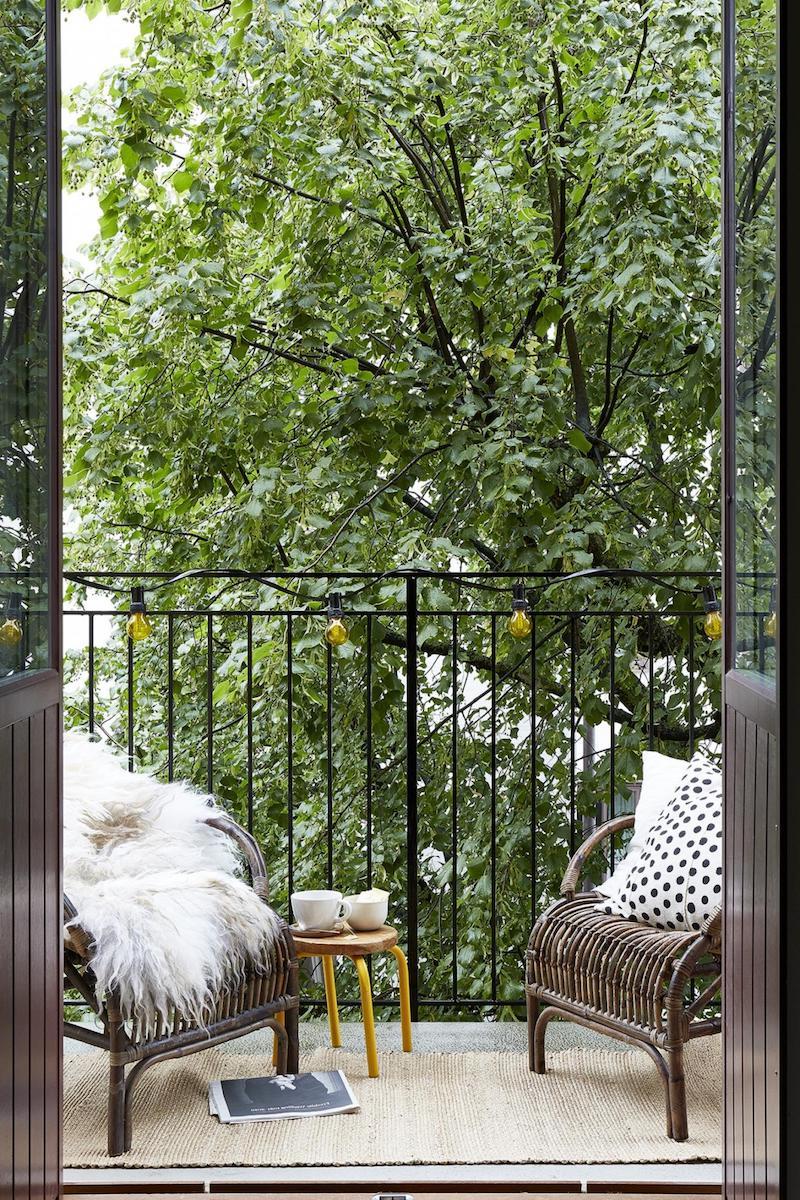 schmal kleiner balkon gestaltung moderne stühle flauschige decke