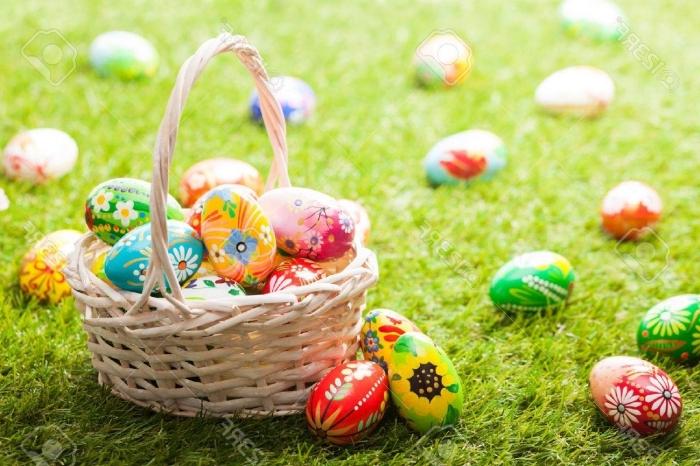 schöne odern bilder, korb mit eiern, ostereier dekorieren, eier suchenm osterftst