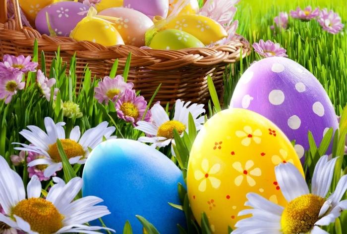 schöne ostern bilder, osterorb mit eiern, ostereier im glas, gänseblümchen